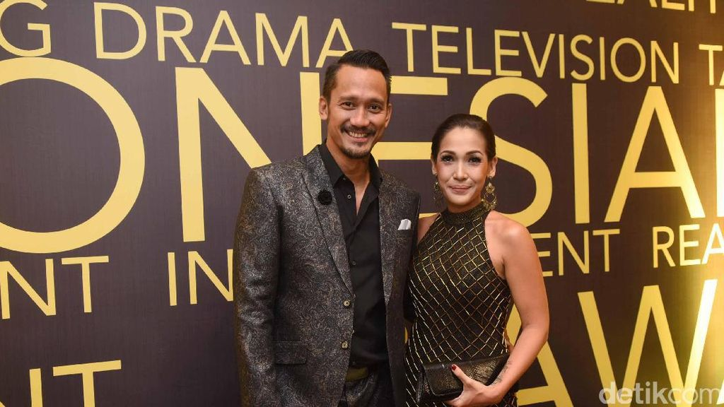 Unik! Rayakan Ultah Pernikahan, Mieke Amalia Beri Tora Sudiro Siomay