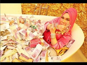 Sosialita Malaysia Mandi Tumpukan Uang di Bathtub, Vicky Shu Resmi Nikah
