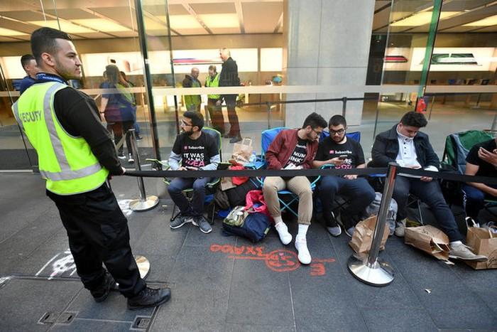 Antrean pembeli iPhone 8 di Sydney. Foto: Reuters