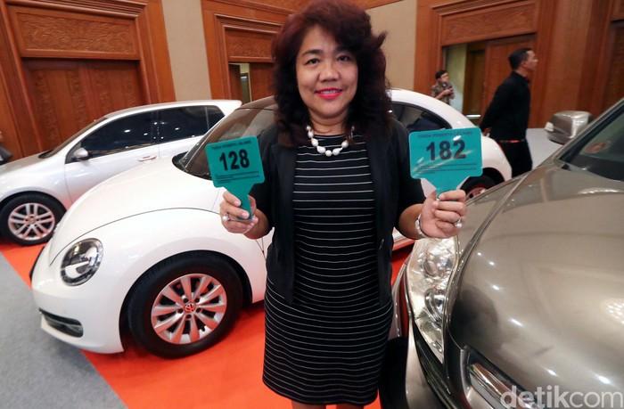 Lelang mobil sitaan KPK digelar di JCC Senayan, Jakarta, Jumat (22/9/2017). Setidaknya 900 peserta siap berebut barang sitaan tersebut.