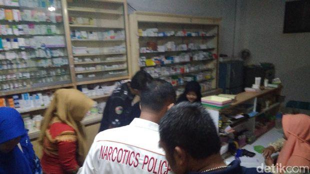 Razia Pil PCC, Petugas Tutup Apotek Ilegal di Garut