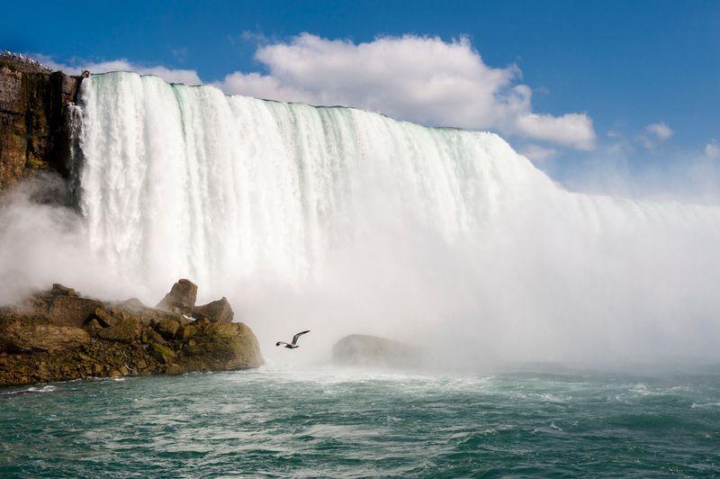 Wisata ke Air Terjun Niagara tak hanya bisa dilakukan di pagi dan siang hari. Saat hari sudah gelap, pesonanya tetap terlihat, bahkan makin heboh dengan dipasangnya lampu LED di sudut-sudut strategis (Thinkstock)