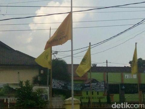 Bendera parpol setengah tiang juga terlihat di kantor DPD Golkar Garut