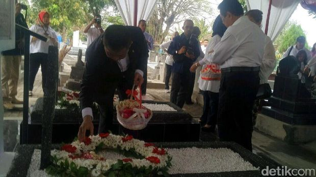 Menteri Jonan tabur bunga di makam Arie F. Lasut