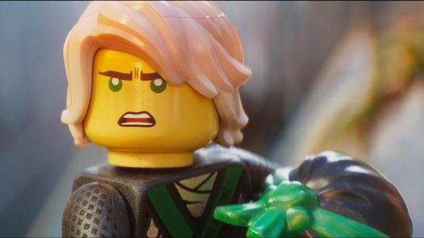 Lloyd yang ternyata merupakan anak Garmadon adalah Ninja Hijau.