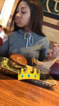 Sweet! Demi Traktir Burger untuk Pacar, Pria Ini Rela Kelaparan
