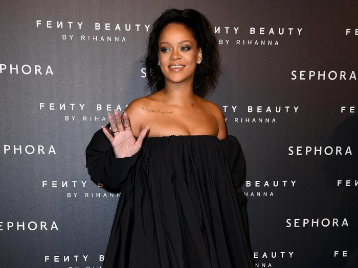 PARIS, FRANCE - SEPTEMBER 21:  Rihanna attends the Fenty Beauty by Rihanna Paris launch party hosted by Sephora at Jardin des Tuileries on September 21, 2017 in Paris, France.  (Photo by Pascal Le Segretain/Getty Images for Fenty Beauty)