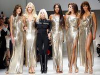 Para supermodel di fashion show Versace September 2017.