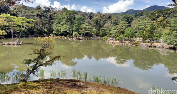 Suasana di sekitar kuil cukup asri dengan kolam besar dan pepohonan rindang di sekelilingnya (Hans/detikTravel)
