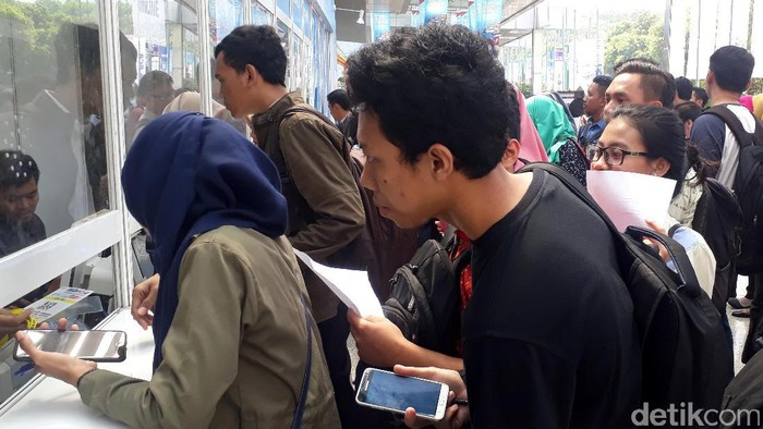 Ratusan pencari kerja memenuhi kawasan Jakarta Convention Center (JCC) pagi ini, Sabtu (23/9). Mereka mendatangi puluhan perusahaan BUMN yang membuka lowongan kerja.