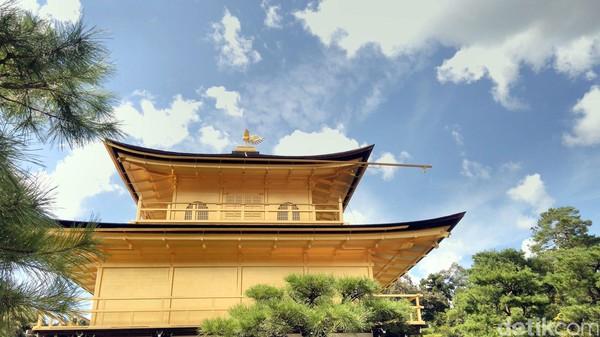 Tak kalah menariknya, tepat di atas kuil ini, ada patung burung phoenix yang juga berlapis emas. Patung ini tampak begitu anggun menghiasi kuil (Hans/detikTravel)