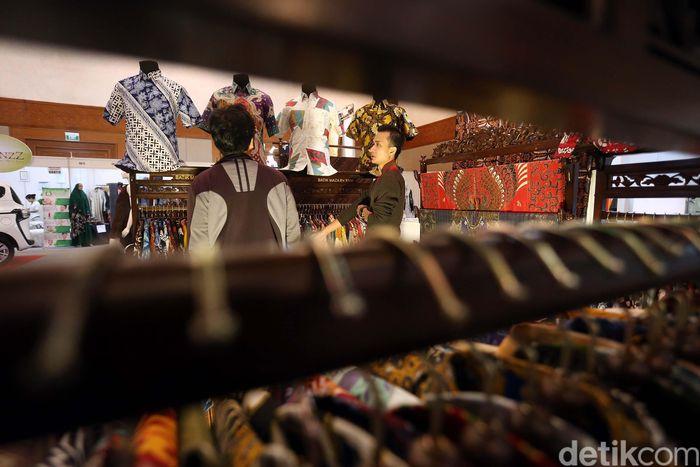 Selain melelang, ke-17 artis tersebut juga membuka booth yang barang-barangnya dapat dibeli oleh masyarakat.