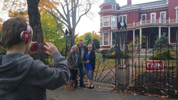 Traveler yang berfoto di depan rumah Stephen King (Maine Public)