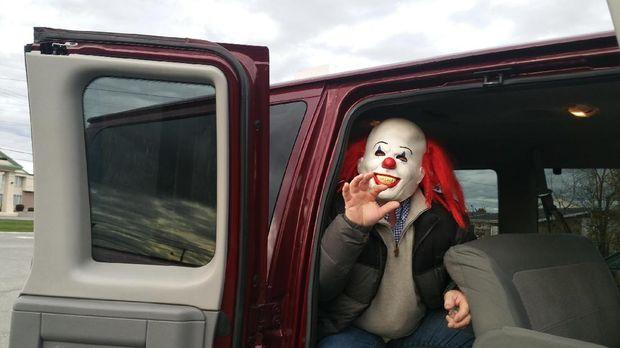 Traveler akan diajak berwisata 'IT' naik mobil van (Maine Public)