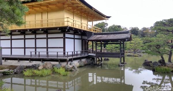 Selain kuil emas, masih ada beberapa bangunan lain di sekitarnya yang juga menarik. Sejarahnya, kuil emas ini dulunya adalah komplek vila bernama Kitayama-dai milik Saionji Kintasune, seorang pejabat di era kekaisaran Jepang tempo dulu (Hans/detikTravel)