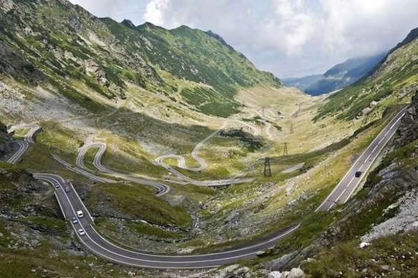 Transfagarasan Road berada tepat di bagian tengah Rumania, yang menghubungkan beberapa wilayah dari pegunungan di wilayah Cartisoara ke arah selatan ke Curtea de Arges, Kemudian zigzag dari Transylvania ke Muntenia (Cnngo.com)