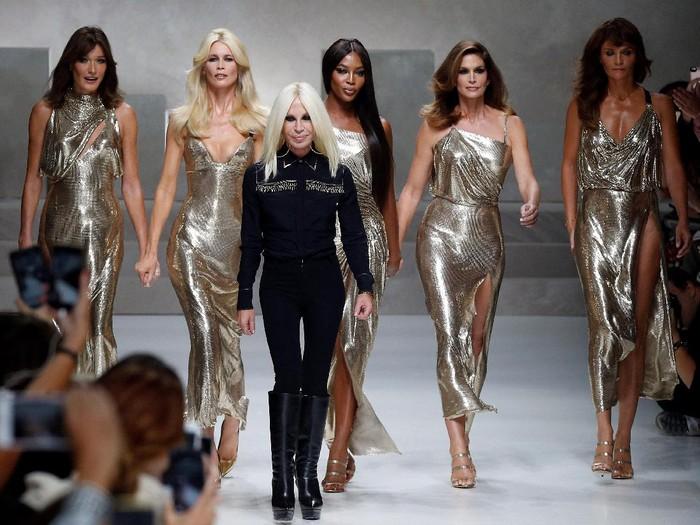 Donatella Versace bersama lima supermodel legendaris. Foto: Reuters