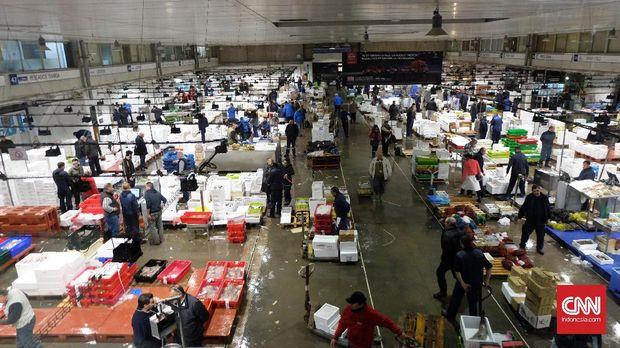 Pasar Ikan Mercabarna mulai sibuk pukul 00.00 waktu setempart