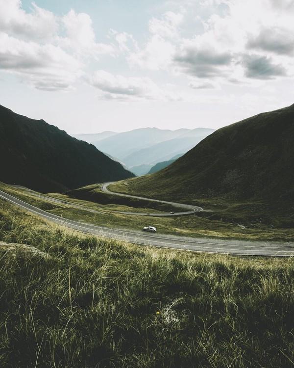 Saking banyaknya hal yang membuat bulu kuduk merinding, CNN memasukkan Transfagarasan Road sebagai salah satu dari 10 jalan paling mengerikan di dunia! (Instagram/swetans)