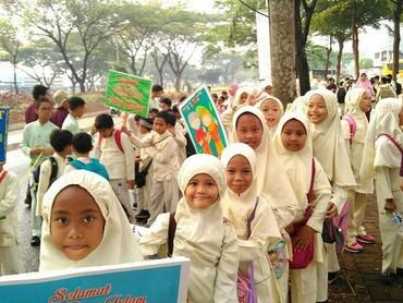 Cuaca yang cukup terik nggak melunturkan semangat anak-anak ini pawai. Hebat kamu, Nak! (Foto: Instagram/sitirohah)