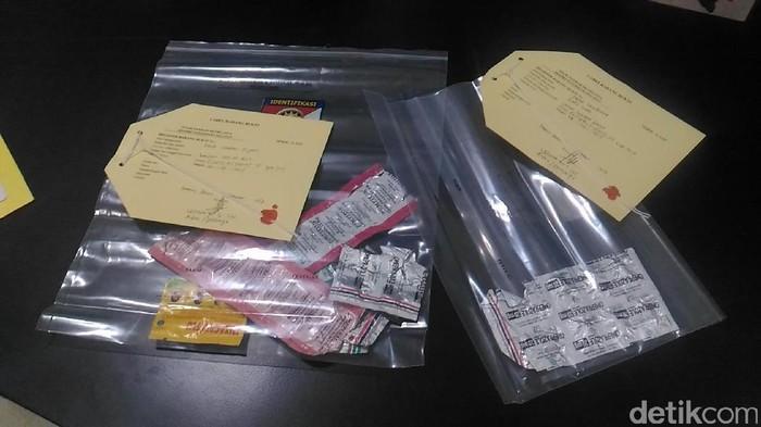 Barang bukti obat yang ditemukan polisi yang diduga dikonsumsi rutin Echi karena memiliki penyakit lambung. (Samsudhuha Wildansyah/detikcom)