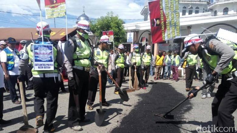 Polantas di Aceh Jalan Kaki 100 Km untuk Tambal Jalan