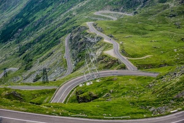 Adalah Transfagarasan Road, sebuah jalan yang terletak di Cartisoara, Rumania. Kalau kamu punya nyali, harus coba lewat sini (Thinkstock)