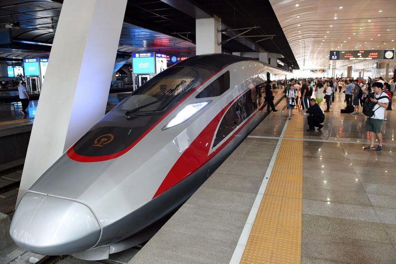 Kereta cepat bernama Fuxing ini pertama kali diperkenalkan di China pada bulan Juni 2017 lalu. Kereta ini dipamerkan pertama kali di Beijing South Railway Station (dok Xinhua/SIPA USA)