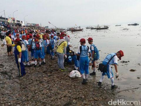 Belasan ribu warga bersih-bersih Pantai Kenjeran/