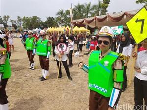 HUT Polantas Cianjur, Karnaval Pelajar Berkostum Unik Hibur Warga