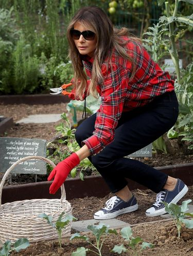 Gaya Melania Trump berkebun di halaman Gedung Putih.