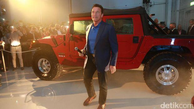 Arnold dan Hummer H1 yang sudah dimodifikasi jadi kendaraan listrik