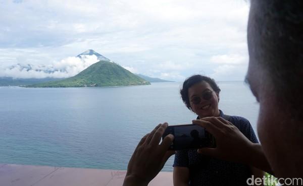 Terakhir, boleh banget loh foto selfie dengan latar belakang Pulau Maitara. Unggah juga di sosial media agar makin eksis dan sebagai bukti kalau kamu pernah berkunjung ke pulau yang ada di uang seribu rupiah (Wahyu/detikTravel)