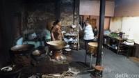 Ada tujuh orang yang mengurus warung Gudeg Pawon ini. Uniknya, semua pelanggan yang datang akan masuk ke rumah kecil yang didalamnya adalah dapur dengan menggunakan tungku tradisional (Masaul/detikTravel)