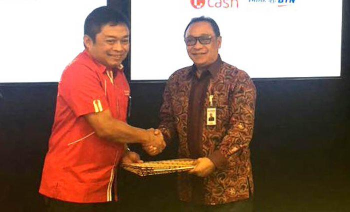 Direktur Utama PT Bank Tabungan Negara (Persero) Tbk. Maryono (kanan) bersama Direktur Utama Telkomsel Ririek Ardiansyah menandatangani Perjanjian Kerja Sama (PKS) di Jakarta, Senin (25/9).