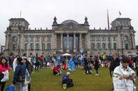 Gedung DPR Jerman yang ramai warga dan wisatawan (REUTERS/Hannibal Hanschke)