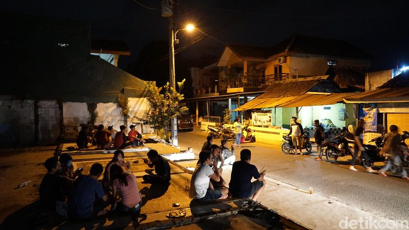 Keadaannya malam itu sudah ramai sekali. Traveler yang datang duluan sudah ada yang makan di teras hingga pinggir jalanan (Masaul/detikTravel)