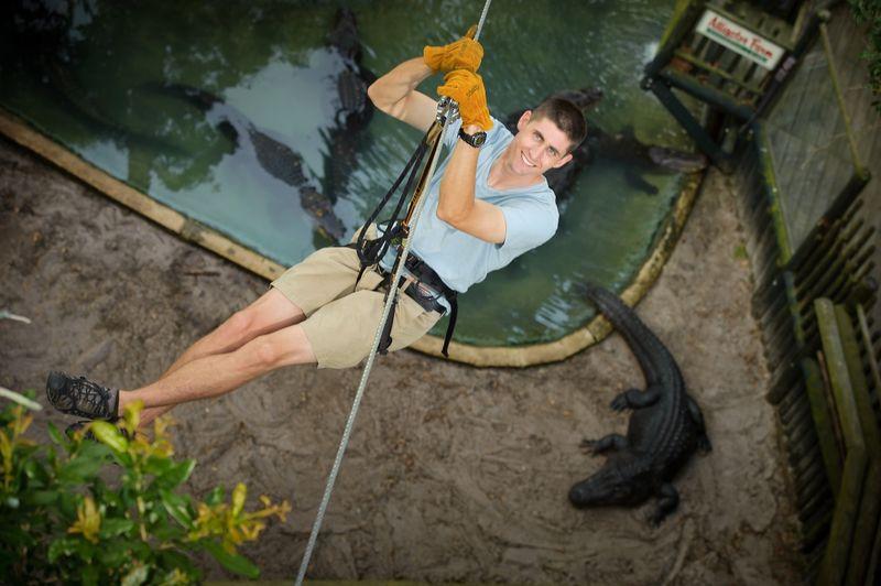 Flying fox itu biasa disebut Crocodile Crossing. Sesuai dengan namanya, traveler diajak meluncur di atas kandang buaya. Hiii! (Alligator Farm)