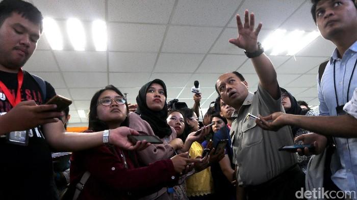 Sutopo (kedua dari kanan) saat menjelaskan status Gunung Agung beberapa waktu lalu. (Foto: Ari Saputra)