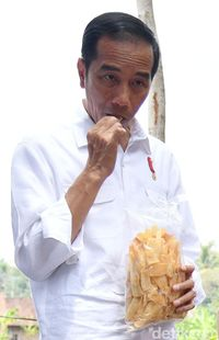 Kriuk! Jokowi Cicipi Keripik Lokal Buatan Petani Salatiga