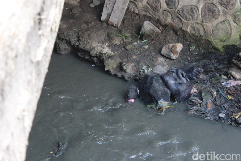 Dear Pemkab Garut, Sungai Ciwalen Bau Tercemar Limbah Kulit