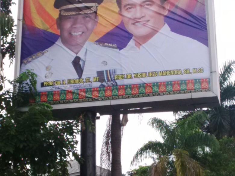 Baliho Walkot Pekanbaru Bergelar Profesor Jadi Pergunjingan Warga