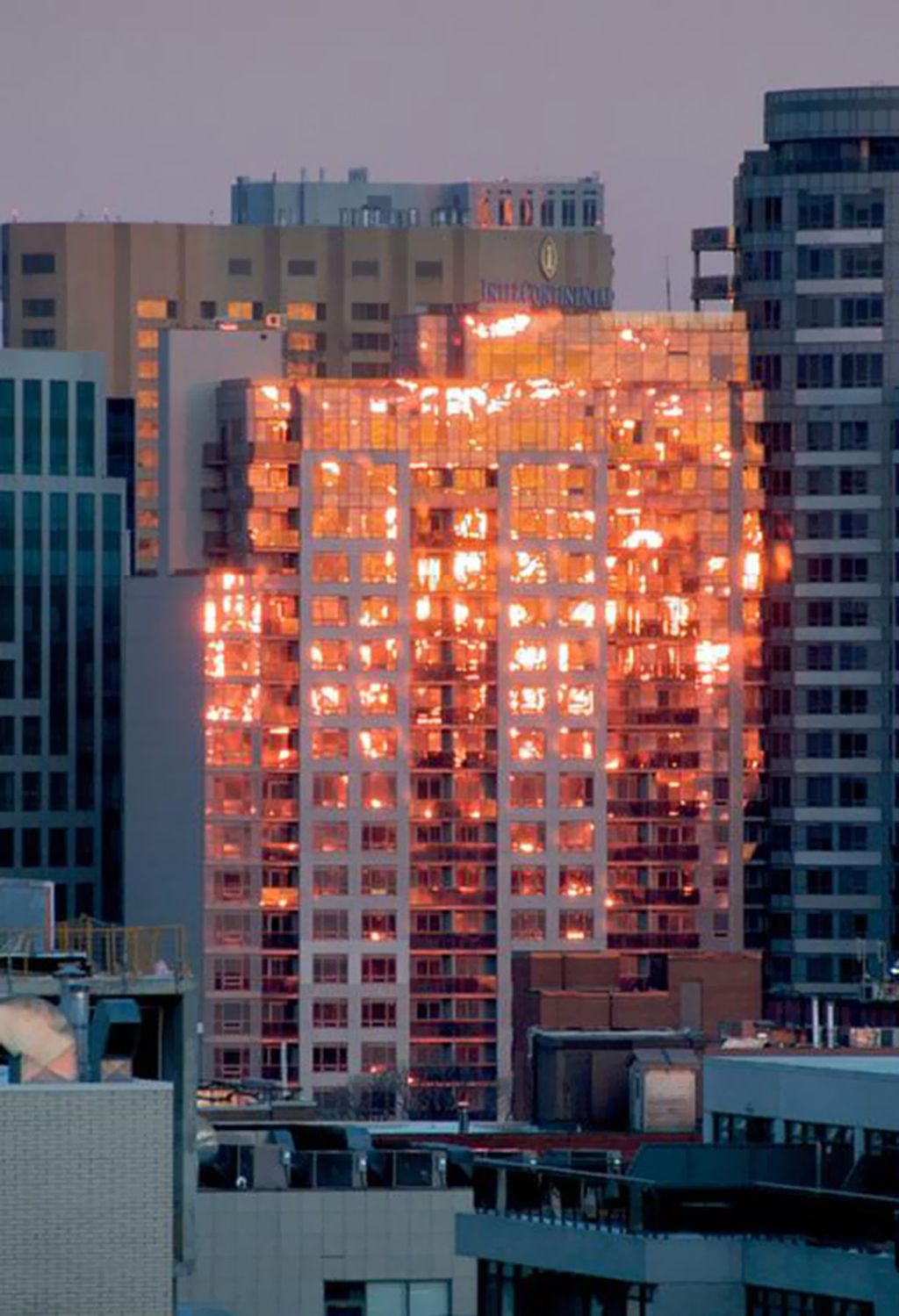 Ini bukan gedung yang terbakar, tapi momen saat matahari terbenam yang memantul di kaca gedung. (Foto: boredpanda)