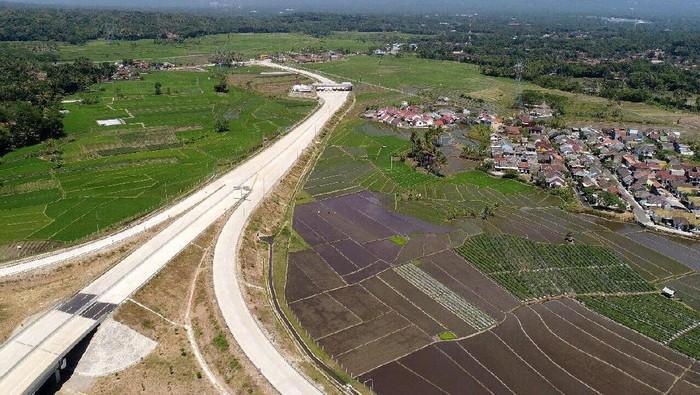 Presiden Jokowi meresmikan ruas tol indah, Bawen-Salatiga, Senin (25/9). Jokowi juga sempat menjajal tol  tersebut.