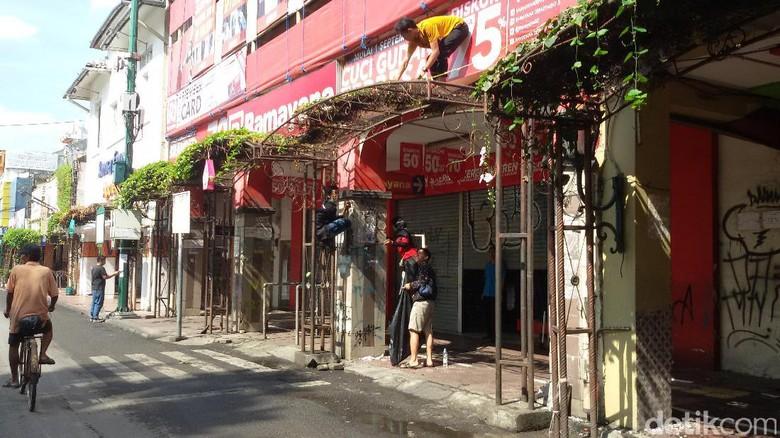 Tak Masalah PKL Malioboro Libur, Wisatawan Ini Malah Ikut Kerjabakti