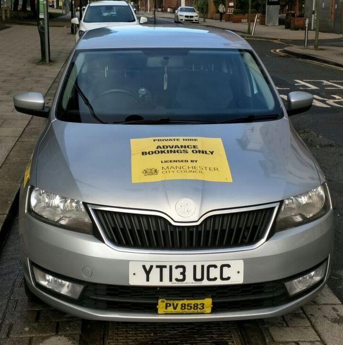 Ilustrasi taksi online di London yang dipasangi stiker. Foto: Agus Pambagio
