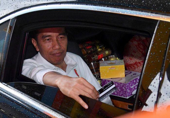 Jokowi menyempatkan menggunakan transaksi non tunai dengan kartu e-Toll, di gerbang tol Salatiga. (Agus Suparto/Setpres).