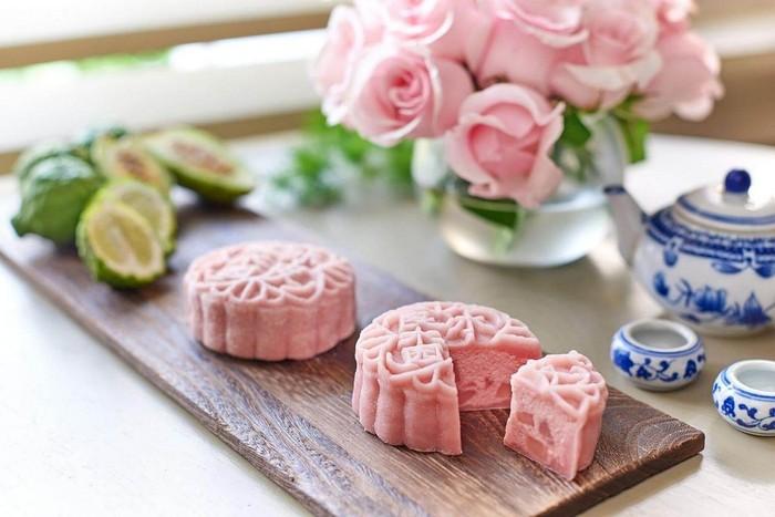 Bentuknya memang biasa saja. Namun, mooncake ini terlihat cantik dan indah dengan warna pink di luar maupun di dalamnya. Foto: Istimewa