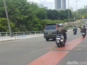 Jatuh karena Oli Tumpah di Flyover Kemayoran, Driver Ojol Patah Kaki