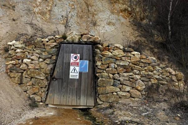 Akhirnya Desa Geamana ditenggelamkan oleh limbah dari tambang perunggu. Akibatnya keseluruhan desa berubah menjadi danau limbah, menyisakan hanya bagian atap menara yang masih tampak berdiri dari kejauhan (Dok. Bogdan Cristel/Reuters)